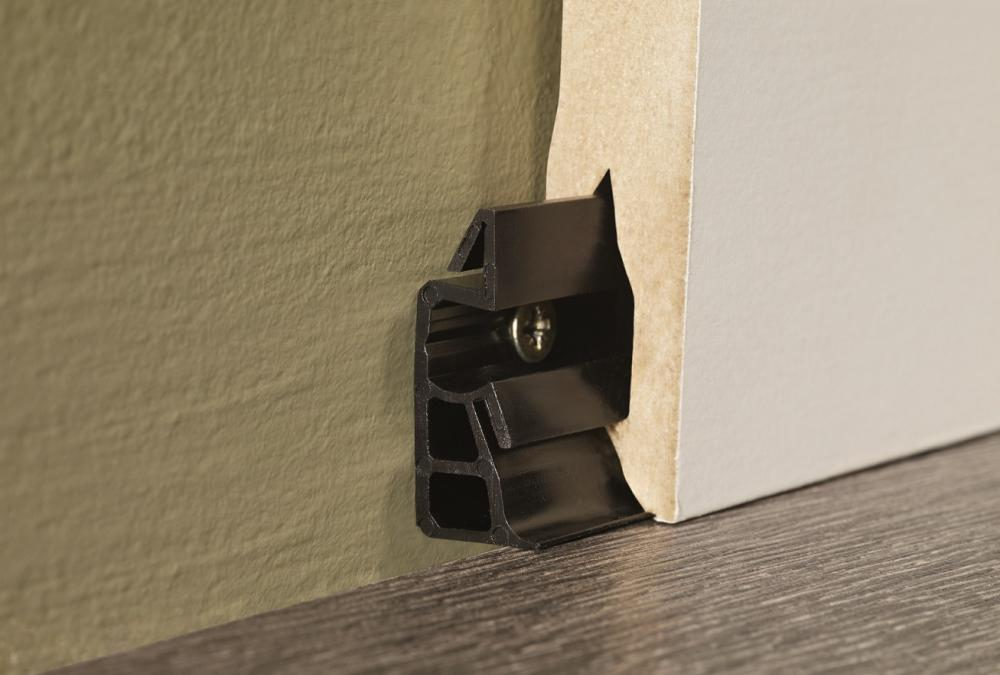 Mounting clips for skirtings